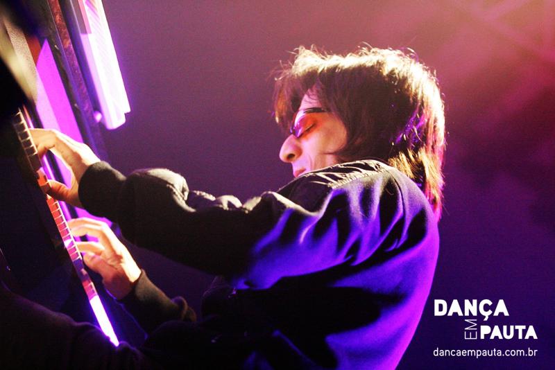 Mariano Castro, pianista do Narcotango em espetáculo em Curitiba. | Foto: Daniel Tortora/Dança em Pauta