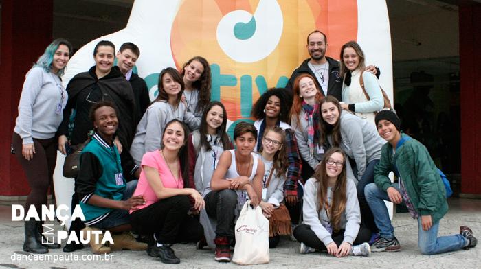 Alunos e professores da Associação Amigos da Dança no Festival de Joinville.