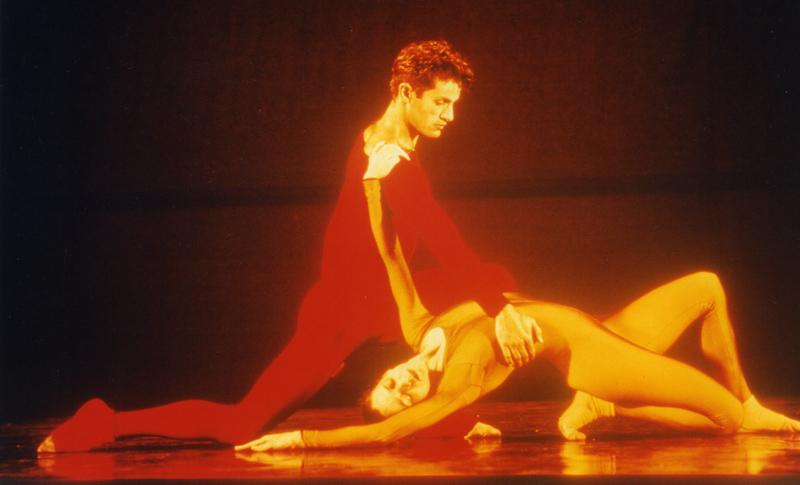 A bailarina em cena do espetáculo Parabelo, do Grupo Corpo (1997). | Foto: arquivo pessoal
