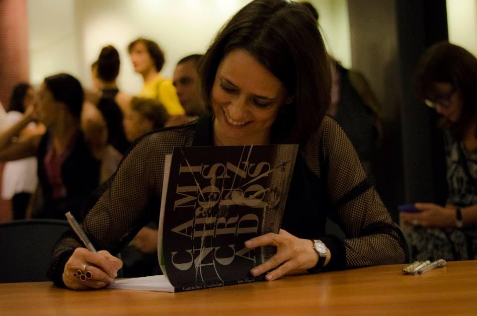 Dançando com as palavras: Inês em noite de autógrafos do livro Caminhos Cruzados. Foto: Michelle Molina