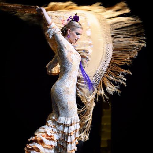 A bailaora Francine La Rubi com figurino Riatitá, em apresentação no Houston Flamenco Festival, nos EUA.
