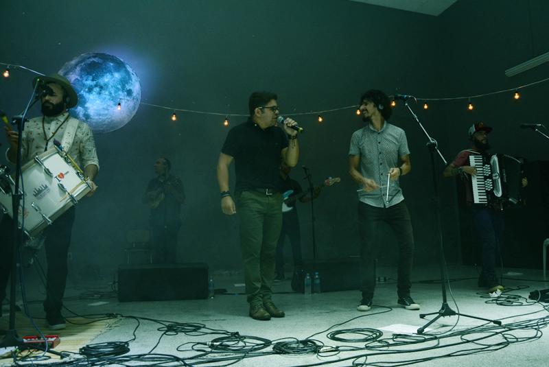 Ricardo Ribeiro, vocalista do Fuá de Latada, em participação especial no show do grupo Ó do Forró na edição de outubro do Forró da Lua Cheia.