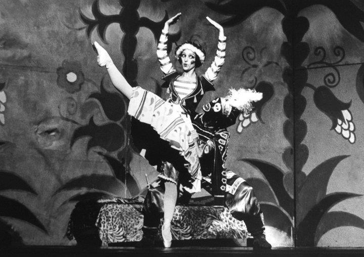 Eleonora e João Carlos Caramês em cena do balé Petrushka.