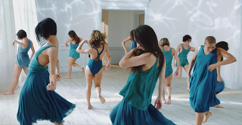 dança na campanha da natura flor de lis