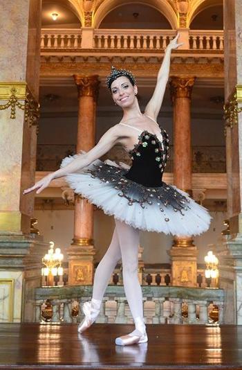 Claudia Mota, primeira bailarina do TMRJ, com figurino Diego Costa. | Foto: Thiago Santos
