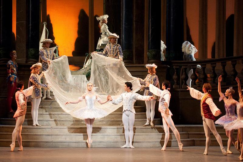 A argentina Marianela Nuñez e o brasileiro Thiago Soares interpretando Cinderella em montagem do Royal Ballet, de Londres. | Foto: Tristram Kenton/divulgação