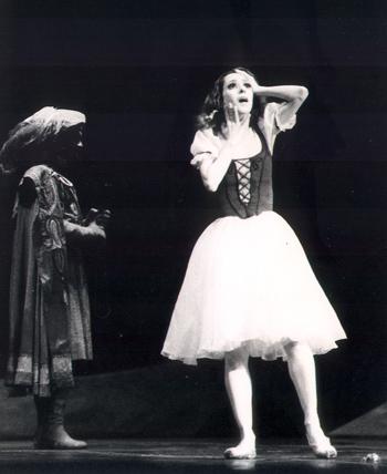 A bailarina Ana Botafogo, no palco do Teatro Muncipal do Rio de Janeiro, interpretando Giselle, outra obra clássica do ballet de repertório. | Foto: divulgação.