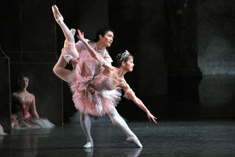 Bailarinos do Birmingham Royal ballet, de Londres, no pas de deux da Fada Açucarada da obra O Quebra Nozes. | Foto: divulgação.