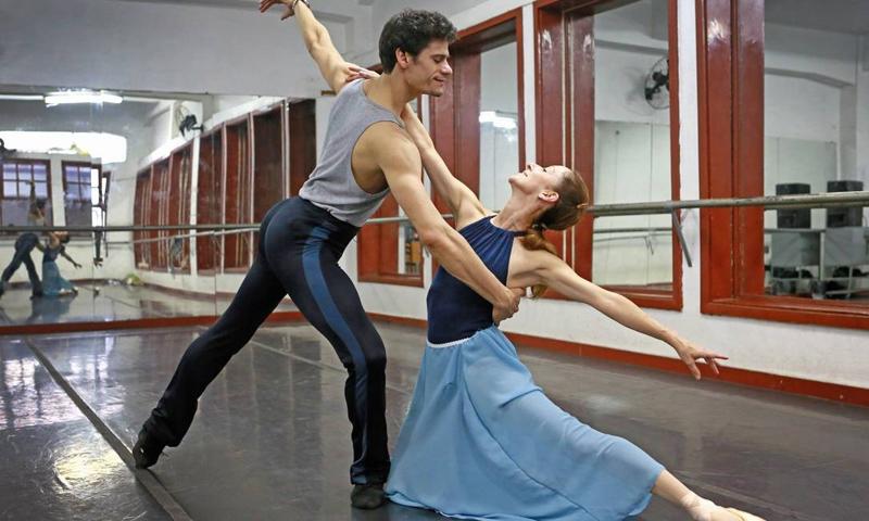Os bailarinos Thiago Soares e Ana Botafogo: diferentes gerações de profissionais e diferentes caminhos. Ela com carreira consolidada no Brasil, ele, talento nacional exportado para Europa.