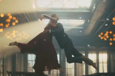 """f4c8e93fcb Dança em foco em novo videoclipe da cantora Sara Bareilles para a canção  """"Fire"""""""